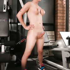 Hung Nina toying in the gym
