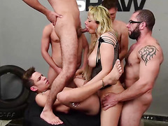 Walkiria Drumond gets five cocks penetrated her tranny ass