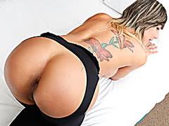 Stunning tranny pleasuring her hard dick