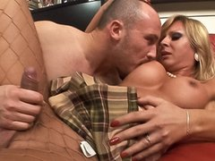 Very beautiful blonde tranny likes to fuck a good ass !