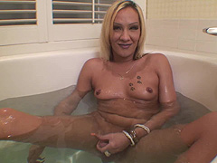 Blond shemale jerk off in bath tube